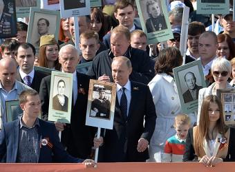 Путин возглавил шествие Бессмертного полка